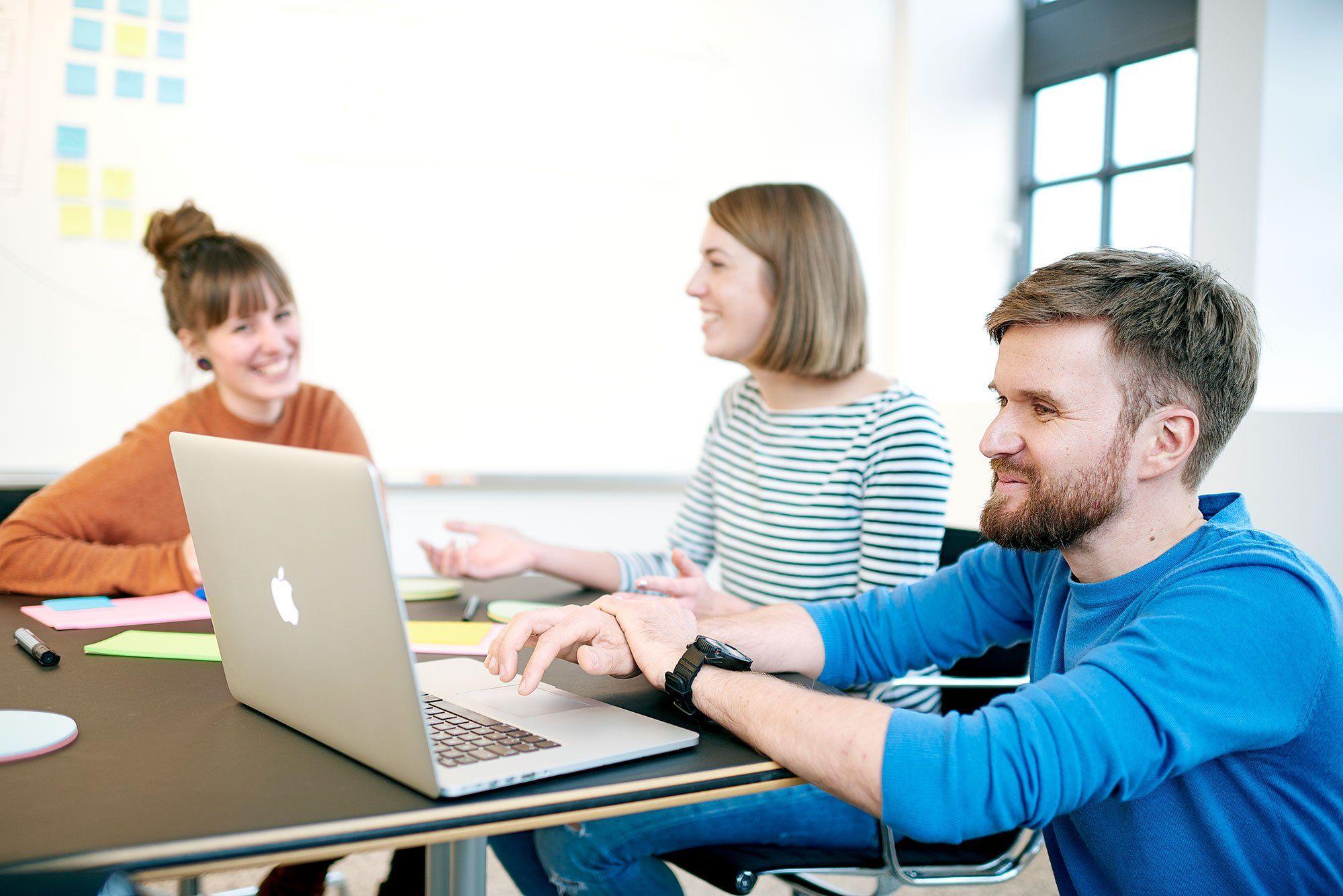 Team-Meeting im Konferenzraum
