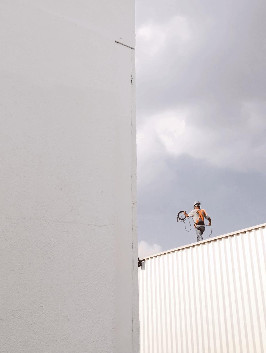 Design Trends 2020 - 06: Großflächiger Minimalismus - Arbeiter auf einem Gebäude, Photo von Thiago Matos