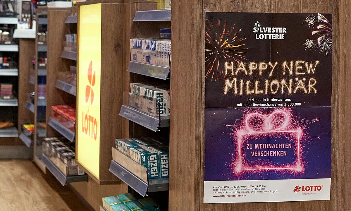 Plakat der Lotto Niedersachsen Silvesterlotterie in einer Verkaufsstelle