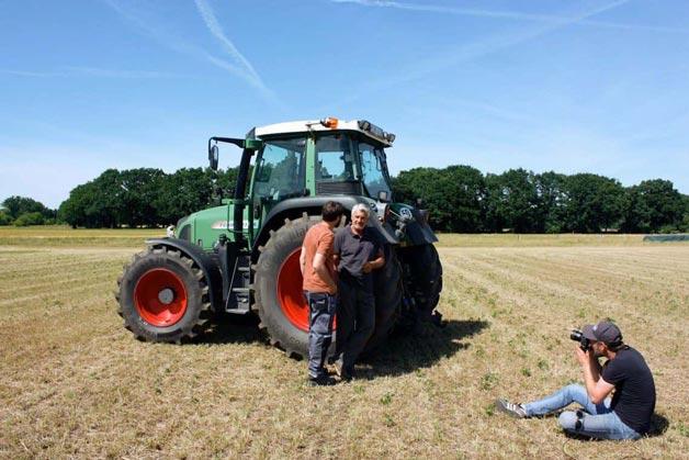 Aufnahmen auf dem Feld: Landwirte vor einem Traktor zu sehen - Windrich & Sörgel