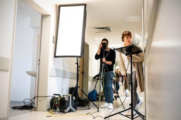 Team aus Fotograf und Kreation bei Bildaufnahmen im St. Elisabeth-Krankenhaus Salzgitter - Windrich & Sörgel