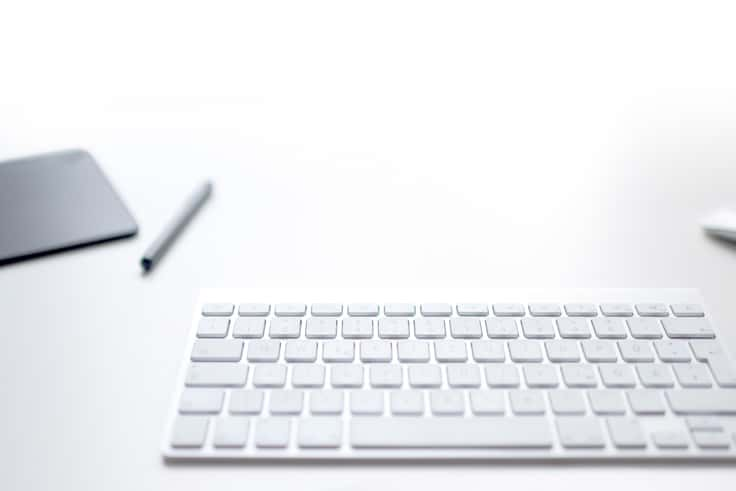Tastatur auf weißem Tisch - Leistung Projektmanagement | Windrich & Sörgel