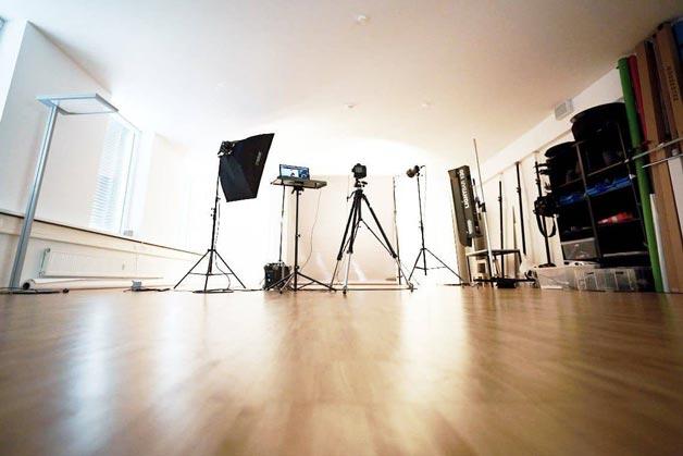 Einblick ins Fotostudio bei Windrich & Sörgel - samt aufgebautem Equipment